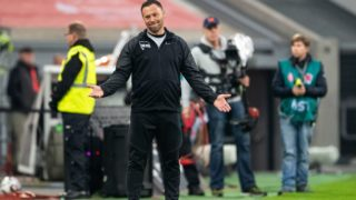 10 November 2018, North Rhine-Westphalia, Düsseldorf: Soccer: Bundesliga, Fortuna Düsseldorf - Hertha BSC, 11th matchday in the Merkur arena. Berlin coach Pal Dardai reacts on the sidelines. Photo: Marius Becker/dpa - IMPORTANT NOTE: In accordance with the requirements of the DFL Deutsche Fußball Liga or the DFB Deutscher Fußball-Bund, it is prohibited to use or have used photographs taken in the stadium and/or the match in the form of sequence images and/or video-like photo sequences.