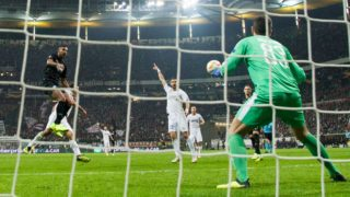 Sebastien HALLER (left, F) heads the ball versus Georgios VASILIOU (2nd from left, Apollo), Valentin ROBERGE (with, Apollo) and goalkeeper Bruno VALE (Apollon) the goal to make it 2-0 for Eintracht Frankfurt, heads, Action, Goalie, Soccer Europa League, Group stage, Group H, matchday 3, Eintracht Frankfurt (F) - Apollon Limassol (Apollon) 2: 0, on 25/10/2018 in Frankfurt / Germany. | Usage worldwide