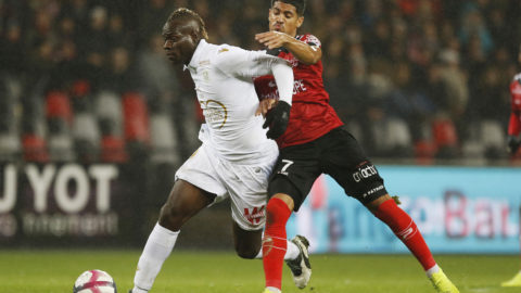 Nice's Italian forward Mario Balotelli (L) vies with Guingamp's French midfielder Ludovic Blas (R) during the French L1 football match between Guingamp (EAG) and Nice (OGCN) on December 1, 2018, at the Roudourou stadium, in Guingamp, northwestern France. (Photo by CHARLY TRIBALLEAU / AFP)