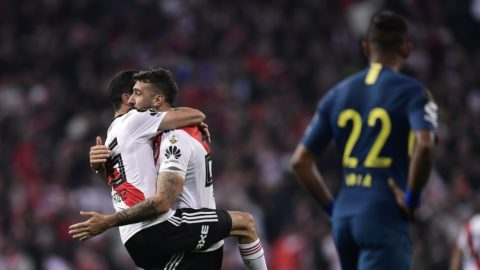 River Plate's Lucas Pratto (C) celebrates with teammate Ignacio Fernandez after scoring against Boca Juniors during the second leg match of the all-Argentine Copa Libertadores final, at the Santiago Bernabeu stadium in Madrid, on December 9, 2018. (Photo by Javier SORIANO / AFP)