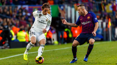 BARCELONA, SPAIN - OCTOBER 28: Arthur Melo of Barcelona and Luka Modric of Real Madrid battle for the ball during the La Liga match between FC Barcelona and Real Madrid CF at Camp Nou on October 28, 2018 in Barcelona, Spain. (Photo by TF-Images/Getty Images)