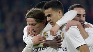 Real Madrid's Croatian midfielder Luka Modric (L) celebrates a goal with teammates during the Spanish League football match between Real Betis and Real Madrid CF at the Benito Villamarin stadium in Seville on January 13, 2019. (Photo by CRISTINA QUICLER / AFP)