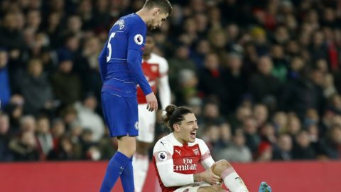 Arsenal's Spanish defender Hector Bellerin (R) reacts after picking up an injury during the English Premier League football match between Arsenal and Cheslea at the Emirates Stadium in London on January 19, 2019. (Photo by Ian KINGTON / IKIMAGES / AFP) / RESTRICTED TO EDITORIAL USE. No use with unauthorized audio, video, data, fixture lists, club/league logos or 'live' services. Online in-match use limited to 45 images, no video emulation. No use in betting, games or single club/league/player publications.