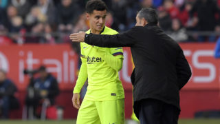 Barcelona's Spanish coach Ernesto Valverde (R) speaks to Barcelona's Brazilian midfielder Philippe Coutinho during the Spanish league football match between Girona FC and FC Barcelona at the Montilivi stadium in Girona on January 27, 2019. (Photo by LLUIS GENE / AFP)