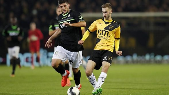 (L-R) Kamen Hadzhiev of Fortuna Sittard, Danny Verbeek of NAC Bredaduring the Jupiler League match between NAC Breda and Fortuna Sittard at the Rat Verlegh stadium on October 20, 2016 in Breda, The Netherlands(Photo by VI Images via Getty Images)