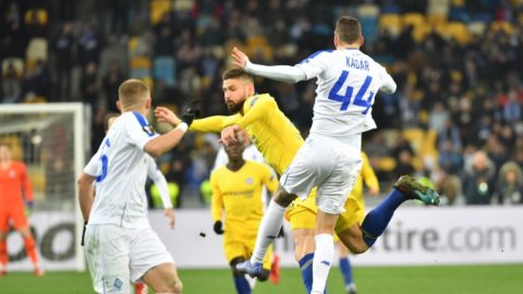 Chelsea's French forward Olivier Giroud (C) and Dynamo Kiev's Hungarian defender Tamas Kadar (R) fight for the ball during the UEFA Europa League round of 16, second leg football match between FC Dynamo Kyiv and Chelsea FC at NSK Olimpiyskyi stadium in Kiev on March 14, 2019. (Photo by Sergei SUPINSKY / AFP)