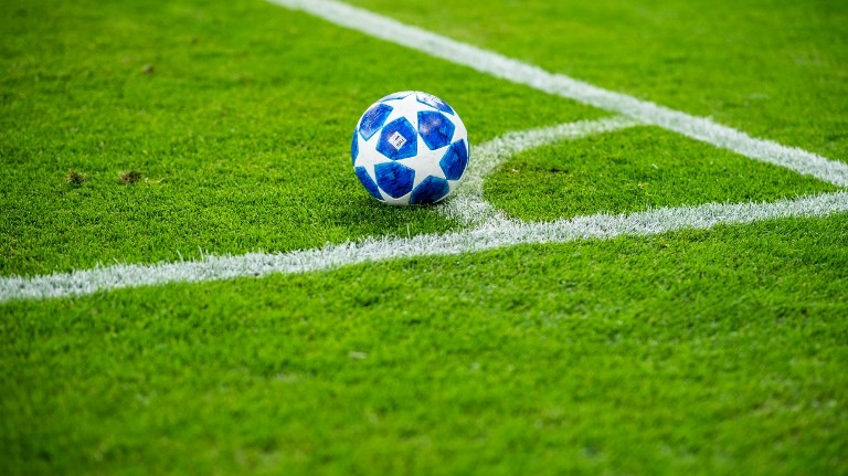 18 September 2018, North Rhine-Westphalia, Gelsenkirchen: Soccer: Champions League, FC Schalke 04 - FC Porto, Group stage, Group D, Matchday 1 in the Veltins Arena. There's a Champions League ball at the corner flag on the grass. Photo: Guido Kirchner/dpa
