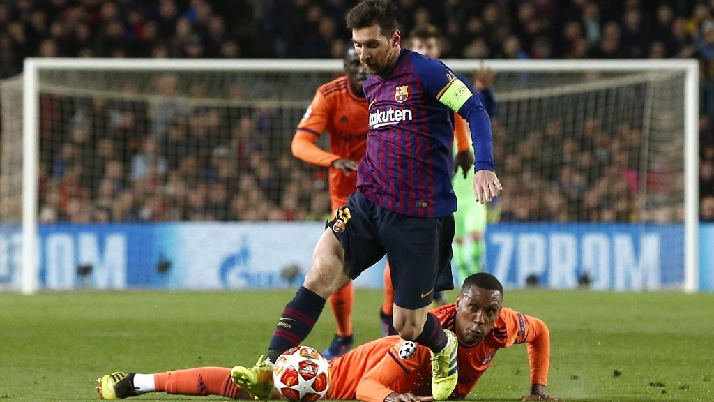 Barcelona's Argentinian forward Lionel Messi (up) vies for the ball with Lyon's Brazilian defender Marcelo during the UEFA Champions League round of 16, second leg football match between FC Barcelona and Olympique Lyonnais at the Camp Nou stadium in Barcelona on March 13, 2019. (Photo by PAU BARRENA / AFP)