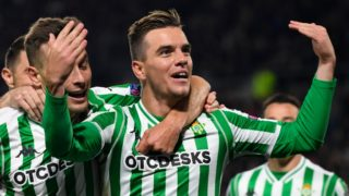 Real Betis' Spanish midfielder Giovanni Lo Celso  celebrates after scoring a goal  during the UEFA Europa League round of 32 first-leg football match between Rennes and Real Betis at the Roazhon Park stadium in Rennes, western France, on February 14, 2019. (Photo by DAMIEN MEYER / AFP)