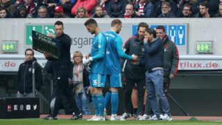 Bayern Munich's German goalkeeper Manuel Neuer (C) chats with Bayern Munich's Croatian head coach Niko Kovac (R) as he is substituted by German goalkeeper Sven Ulreich (2nd L) after getting injured during the German first division Bundesliga football match Fortuna Duesseldorf and FC Bayern Munich in Duesseldorf, western Germany on April 14, 2019. (Photo by Ronny Hartmann / AFP) / DFL REGULATIONS PROHIBIT ANY USE OF PHOTOGRAPHS AS IMAGE SEQUENCES AND/OR QUASI-VIDEO