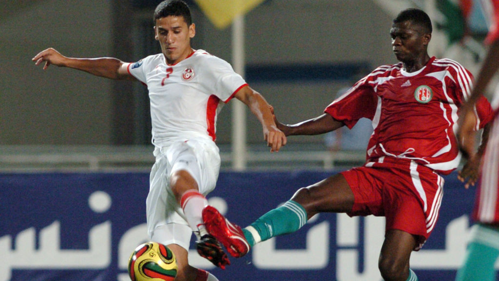 Tunisian striker Chaouki Ben Saada vies with Burundi's player Faty Papy (R) during the football match qualifying for a World Cup 2010 African group 9 at Olympic Rades stadium on June 21, 2008  in Tunis. AFP PHOTO/ FETHI BELAID (Photo by FETHI BELAID / AFP)
