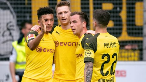 21 April 2019, Baden-Wuerttemberg, Freiburg im Breisgau: Soccer: Bundesliga, SC Freiburg - Borussia Dortmund, 30th matchday in the Black Forest Stadium. Dortmund's Jadon Sancho (l-r), Marco Reus, Mario Götze and Christian Pulisic are happy about the goal to 0:3. Photo: Sebastian Gollnow/dpa - IMPORTANT NOTE: In accordance with the requirements of the DFL Deutsche Fußball Liga or the DFB Deutscher Fußball-Bund, it is prohibited to use or have used photographs taken in the stadium and/or the match in the form of sequence images and/or video-like photo sequences.