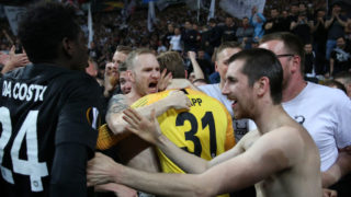 FRANKFURT AM MAIN, GERMANY - APRIL 18: Kevin Trapp of Eintracht Frankfurt celebrates victory with the fans after the UEFA Europa League Quarter Final Second Leg match between Eintracht Frankfurt and Benfica at Commerzbank-Arena on April 18, 2019 in Frankfurt am Main, Germany. (Photo by Maja Hitij/Getty Images)