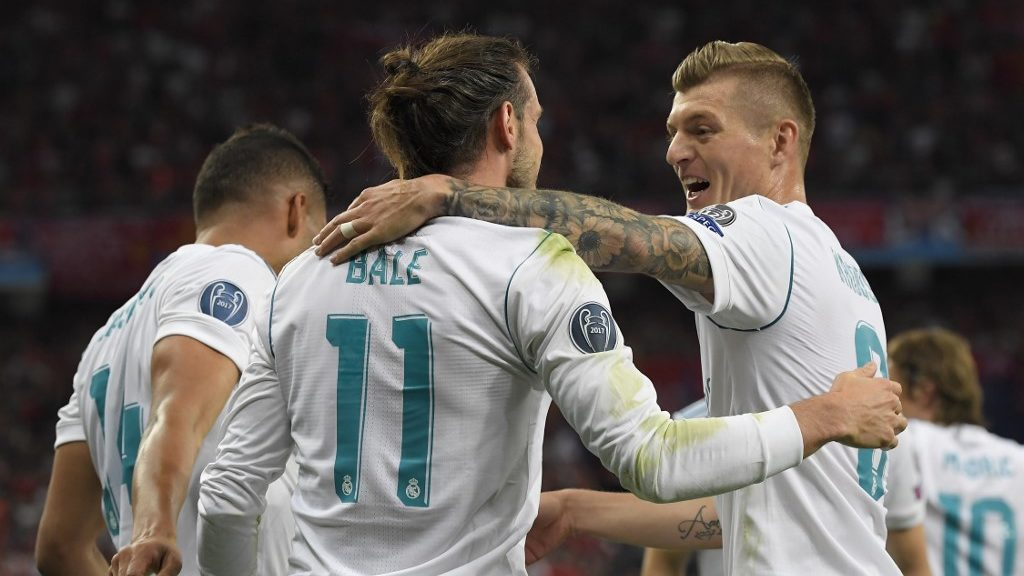 Real Madrid's Welsh forward Gareth Bale (C) celebrates with Real Madrid's German midfielder Toni Kroos after scoring his second goal during the UEFA Champions League final football match between Liverpool and Real Madrid at the Olympic Stadium in Kiev, Ukraine on May 26, 2018. (Photo by LLUIS GENE / various sources / AFP)