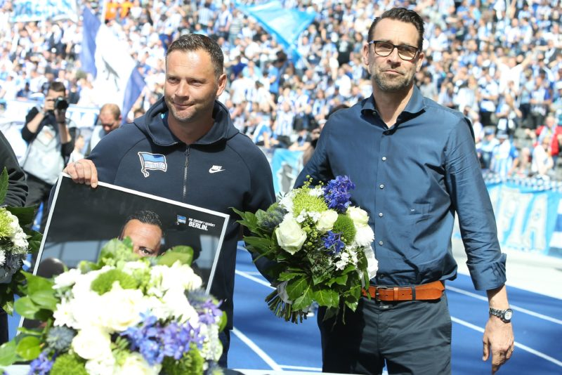 18 May 2019, Berlin: Soccer: Bundesliga, Hertha BSC - Bayer Leverkusen, 34th matchday. Head Coach Pal Dardai of Hertha BSC is bid farewell by Managing Director Michael Preetz (r). Photo: Andreas Gora/dpa - IMPORTANT NOTE: In accordance with the requirements of the DFL Deutsche Fußball Liga or the DFB Deutscher Fußball-Bund, it is prohibited to use or have used photographs taken in the stadium and/or the match in the form of sequence images and/or video-like photo sequences.
