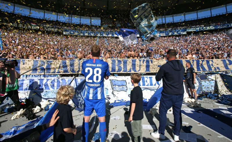 18 May 2019, Berlin: Soccer: Bundesliga, Hertha BSC - Bayer Leverkusen, 34th matchday. Fabian Lustenberger (l) and head coach Pál Dárdai are standing in front of the east curve to say goodbye to the fans. Photo: Andreas Gora/dpa - IMPORTANT NOTE: In accordance with the requirements of the DFL Deutsche Fußball Liga or the DFB Deutscher Fußball-Bund, it is prohibited to use or have used photographs taken in the stadium and/or the match in the form of sequence images and/or video-like photo sequences.