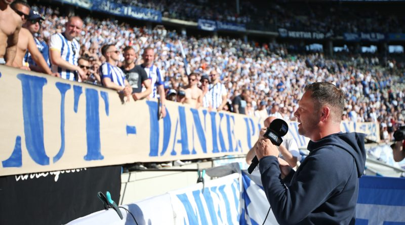 18 May 2019, Berlin: Soccer: Bundesliga, Hertha BSC - Bayer Leverkusen, 34th matchday. Head coach Pál Dárdai of Hertha BSC thanks the fans after the end of the game. Photo: Andreas Gora/dpa - IMPORTANT NOTE: In accordance with the requirements of the DFL Deutsche Fußball Liga or the DFB Deutscher Fußball-Bund, it is prohibited to use or have used photographs taken in the stadium and/or the match in the form of sequence images and/or video-like photo sequences.