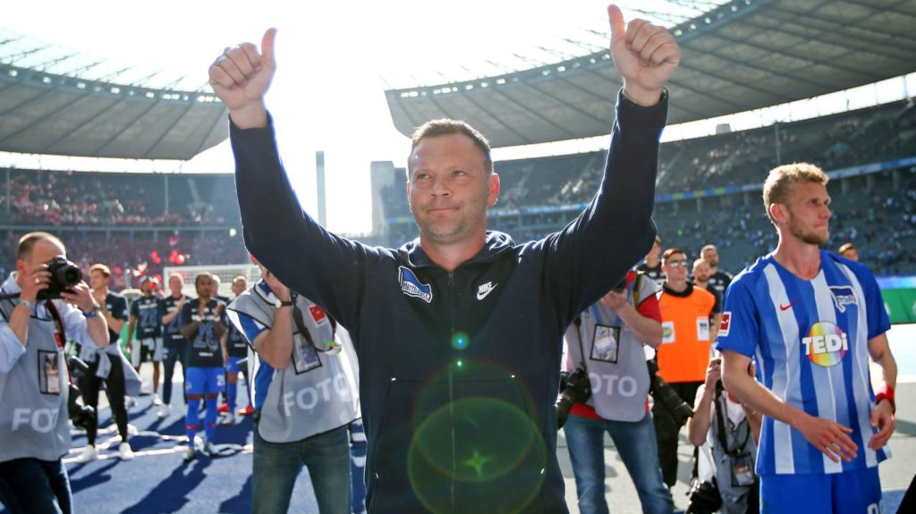 18 May 2019, Berlin: Soccer: Bundesliga, Hertha BSC - Bayer Leverkusen, 34th matchday. Head coach Pál Dárdai of Hertha BSC points both thumbs up at the end of the game towards the fans. Photo: Andreas Gora/dpa - IMPORTANT NOTE: In accordance with the requirements of the DFL Deutsche Fußball Liga or the DFB Deutscher Fußball-Bund, it is prohibited to use or have used photographs taken in the stadium and/or the match in the form of sequence images and/or video-like photo sequences.
