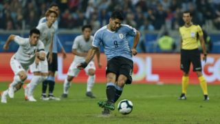 Uruguay's Luis Suarez(2-R) takes a penalty kick to score during the Copa America football tournament Group C match between Uruguay and Japan at the Gremio Arena Stadium in Porto Alegre, Brazil, on June 20, 2019. (Photo by Jeferson Guareze / AFP)
