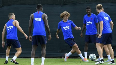 Barcelona's French forward Antoine Griezmann (C) controls a ball next to teammates during the football club's first pre-season training session at the Joan Gamper training ground in Sant Joan Despi near Barcelona on July 15, 2019. (Photo by LLUIS GENE / AFP)