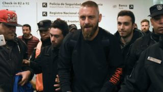 Italian football player Daniele De Rossi walks amid fans upon arrival to sign his contract with Argentina's Boca Juniors and complete his move to the club, at Ezeiza airport in Buenos Aires on July 25, 2019. (Photo by HO / TELAM / AFP) / Argentina OUT / RESTRICTED TO EDITORIAL USE - MANDATORY CREDIT AFP PHOTO /  TELAM - NO MARKETING - NO ADVERTISING CAMPAIGNS - DISTRIBUTED AS A SERVICE TO CLIENTS