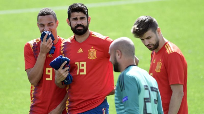 Spain's forward Rodrigo Moreno (L), Spain's forward Diego Costa (2L) and Spain's defender Gerard Pique (R) look at Spain's goalkeeper Pepe Reina during a training session at Las Rozas de Madrid sports city on June 5, 2018. (Photo by JAVIER SORIANO / AFP)