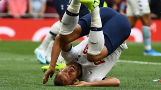 Tottenham Hotspur's English striker Harry Kane tumbles after taking a header at goal during the English Premier League football match between Tottenham Hotspur and Aston Villa at Tottenham Hotspur Stadium in London, on August 10, 2019. (Photo by Daniel LEAL-OLIVAS / AFP) / RESTRICTED TO EDITORIAL USE. No use with unauthorized audio, video, data, fixture lists, club/league logos or 'live' services. Online in-match use limited to 120 images. An additional 40 images may be used in extra time. No video emulation. Social media in-match use limited to 120 images. An additional 40 images may be used in extra time. No use in betting publications, games or single club/league/player publications. /