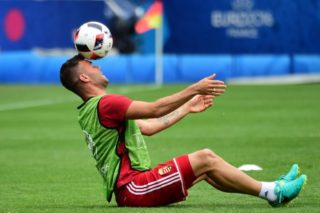 Hungary's forward Nemanja Nikolic plays with the ball during a training session at the Stadium Municipal in Toulouse, southern France, on June 25, 2016, on the eve of the Euro 2016 football match between Hungary and Belgium. / AFP PHOTO / ATTILA KISBENEDEK