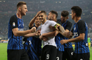 MILAN, ITALY - OCTOBER 15:  Mauro Emanuel Icardi of FC Internazionale Milano (C) celebrates his third goal with his team-mates during the Serie A match between FC Internazionale and AC Milan at Stadio Giuseppe Meazza on October 15, 2017 in Milan, Italy.  (Photo by Emilio Andreoli/Getty Images)