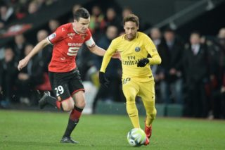 Rennes' French defender Romain Danze (L) vies with Paris Saint-Germain's Brazilian forward Neymar (R) during the French L1 football match between Rennes (Stade Rennais FC) and Paris Saint Germain (PSG), on December 16, 2017, at the Roazhon Park, in Rennes, northwestern France. / AFP PHOTO / JEAN-FRANCOIS MONIER