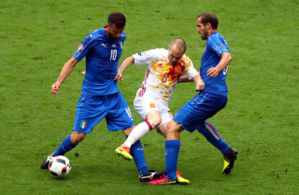 PARIS, FRANCE - JUNE 27: Andres Iniesta (C) of Spain competes for the ball against Thiago Motta (L) and Giorgio Chiellini (R) of Italy during the UEFA EURO 2016 round of 16 match between Italy and Spain at Stade de France on June 27, 2016 in Paris, France.  (Photo by Clive Rose/Getty Images)