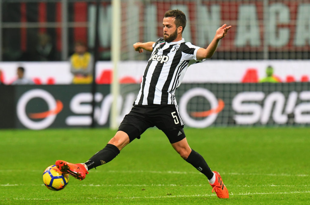 MILAN, ITALY - OCTOBER 28: Miralem Pjanic of Juventus in action during the Serie A match between AC Milan and Juventus at Stadio Giuseppe Meazza on October 28, 2017 in Milan, Italy.  (Photo by Alessandro Sabattini/Getty Images)