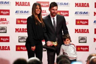 Barcelona's Argentinian forward Lionel Messi (C), his spouse Antonella Roccuzzo (L) and their son pose for a photo within the 2017 European Golden Shoe honouring the year's leading goalscorer during a ceremony at the Antigua Fabrica Estrella Damm in Barcelona on November 24, 2017. (Photo by Urbanandsport/NurPhoto)