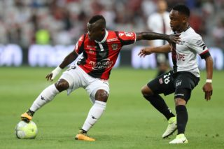 """Nice's Ivorian midfielder Jean Michael Seri (L) vies with Guingamp's South-African midfielder Lebogang Phiri (R) during the French L1 football match Nice (OGCN) vs Guingamp (EAG) on August 19, 2017 at the """"Allianz Riviera"""" stadium in Nice, southeastern France. / AFP PHOTO / VALERY HACHE"""