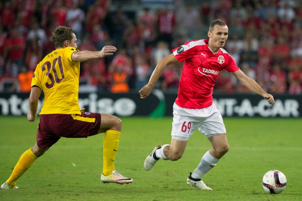 Hapoel's defender Mihaly Korhut (R) vies for the ball with Sparta's forward Lukas Julis (L) during the UEFA Europa League group K football match between Hapoel Beer Sheva and Sparta Prague, on October 20, 2016, at the Turner Stadium in the Israeli southern city of Beer Sheva.  / AFP PHOTO / JACK GUEZ