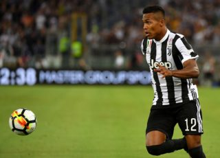 Juventus's defender from Brazil Alex Sandro eyes the ball during the Italian SuperCup TIM football match Juventus vs lazio on August 13, 2017 at the Olympic stadium in Rome.  / AFP PHOTO / ALBERTO PIZZOLI