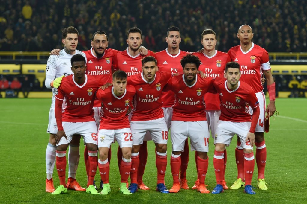 Benfica´s players (Back row, From L) Brazilian goalkeeper Ederson Moraes Greek forward Konstantinos Mitroglou, Greek midfielder Andreas Samaris and Brazilian defender Luisao (Front row, From L) defender Nelson Semedo, Argentinian defender Franco Cervi, Argentinian forward Eduardo Salvio, defender Eliseu and midfielder Pizzi  pose for the team photo prior to the UEFA Champions League Round of 16, 2nd-leg football match Borussia Dortmund v SL Benfica in Dortmund, western Germany on March 8, 2017. / AFP PHOTO / PATRIK STOLLARZ