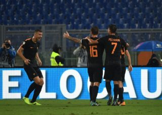 AS Roma's forward from Bosnia Edin Dzeko (L) celebrates after scores during the Italian Serie A football match AS Roma vs Verona on September 16, 2017 at the Olympic stadium in Rome.  / AFP PHOTO / Vincenzo PINTO