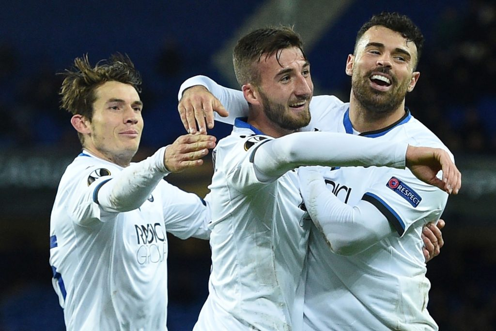 Atalanta's Italian midfielder Bryan Cristante (C) celebrates scoring the team'ssecond goal during the UEFA Europa League Group E football match between Everton and Atalanta at Goodison Park in Liverpool, north west England on November 23, 2017. / AFP PHOTO / Oli SCARFF
