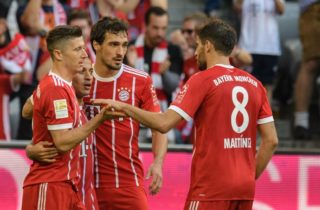 Bayern Munich's scorer Thiago Alcántara (2nd from left) with Robert Lewandowski (left to right), Mats Hummels and Javier Martinez celebrating after scoring the 3:0 during the German Bundesliga soccer match between Bayern Munich and SC Freiburg at the Allianz stadium in Munich, Germany, 14 October 2017.  (EMBARGO CONDITIONS - ATTENTION: Due to the accreditation guidelines, the DFL only permits the publication and utilisation of up to 15 pictures per match on the internet and in online media during the match.) Photo: Matthias Balk/dpa