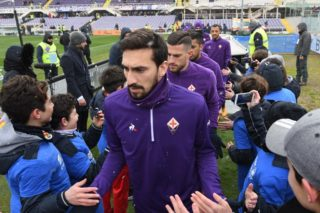 Fiorentina's captain Davide Astori and teammates enter the pitch on February 25, 2018 before the Italian Seria A football match Fiorentina vs Chievo, in Florence. Italy international defender Davide Astori was found dead in his hotel room on March 4, 2018 in Udine, where he was due to play a Serie A game between Udinese and Fiorentina.  / AFP PHOTO / Claudio GIOVANNINI