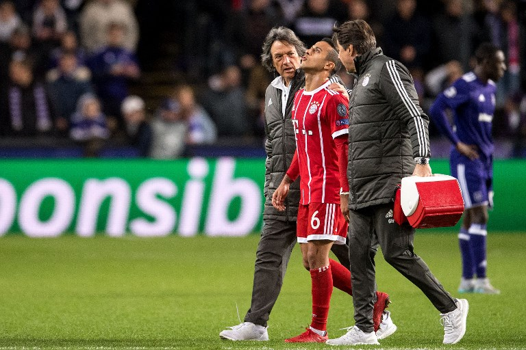 Munich's Thiago (C) has to leave the pitch after an injury during the Champions League soccer match between RSC Anderlecht and Bayern Munich in Anderlecht, Belgium, 22 November 2017. Team doctor Hans-Wilhelm Mueller-Wohlfahrt walks on his left side. Photo: Marius Becker/dpa