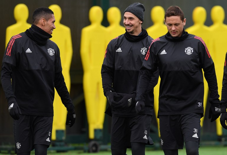 Manchester United's English defender Chris Smalling (L) Manchester United's Swedish striker Zlatan Ibrahimovic (C) and Manchester United's Serbian midfielder Nemanja Matic attend a team training session at the club's training complex near Carrington, west of Manchester in north west England on November 21, 2017, on the eve of their UEFA Champions League Group A football match against Basel. / AFP PHOTO / Paul ELLIS