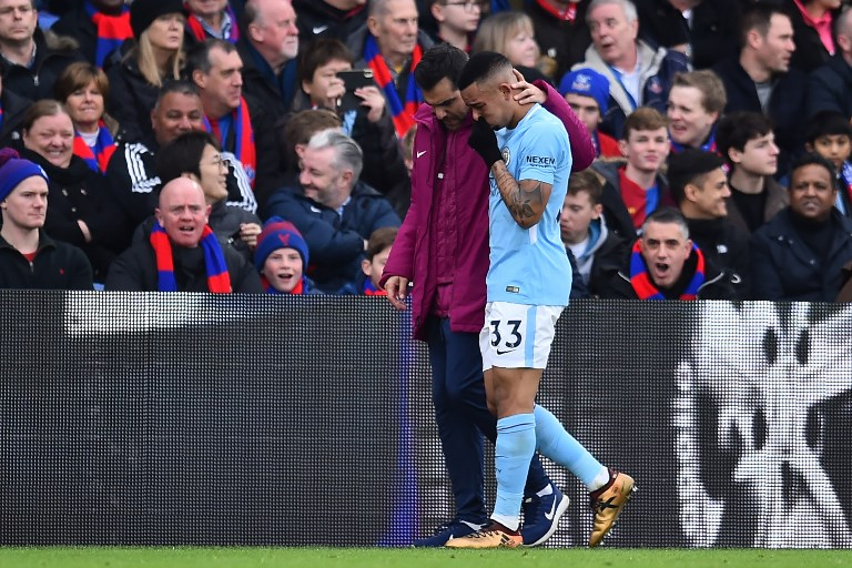 Manchester City's Brazilian striker Gabriel Jesus is consoled as he leaves the game after picking up an injury during the English Premier League football match between Crystal Palace and Manchester City at Selhurst Park in south London on December 31, 2017. / AFP PHOTO / Glyn KIRK / RESTRICTED TO EDITORIAL USE. No use with unauthorized audio, video, data, fixture lists, club/league logos or 'live' services. Online in-match use limited to 75 images, no video emulation. No use in betting, games or single club/league/player publications.  /
