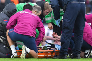 Manchester City's Belgian midfielder Kevin De Bruyne receives medical attention after picking up an injury during the English Premier League football match between Crystal Palace and Manchester City at Selhurst Park in south London on December 31, 2017. Manchester City's long winning run of 18 Premier League games finally came to an end on Sunday when Crystal Palace held them to a 0-0 draw. / AFP PHOTO / Glyn KIRK / RESTRICTED TO EDITORIAL USE. No use with unauthorized audio, video, data, fixture lists, club/league logos or 'live' services. Online in-match use limited to 75 images, no video emulation. No use in betting, games or single club/league/player publications.  /