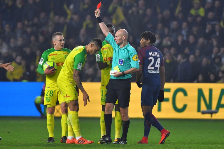 Nantes' Brazilian defender Diego Carlos (C) receives a red card from French referee Tony Chapron during the French L1 football match between Nantes and Paris Saint-Germain (Paris-SG) at the La Beaujoire stadium in Nantes, western France, on January 14, 2018.     / AFP PHOTO / LOIC VENANCE