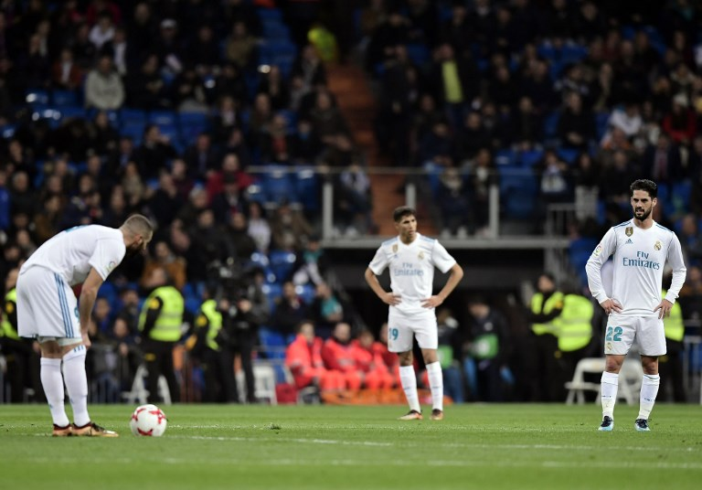 Real Madrid's Spanish midfielder Isco (R) and teammates stand on the field after a goal by Leganes during the Spanish 'Copa del Rey' (King's cup) quarter-final second leg football match between Real Madrid CF and CD Leganes at the Santiago Bernabeu stadium in Madrid on January 24, 2018.  / AFP PHOTO / JAVIER SORIANO