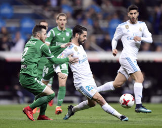 Leganes' Spanish defender Tito (L) vies with Real Madrid's Spanish midfielder Isco during the Spanish 'Copa del Rey' (King's cup) quarter-final second leg football match between Real Madrid CF and CD Leganes at the Santiago Bernabeu stadium in Madrid on January 24, 2018.  / AFP PHOTO / JAVIER SORIANO