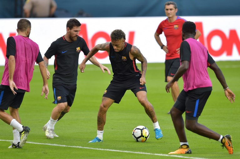 Barcelona players Lionel Messi and Neymar take part in a training session at Hard Rock Stadium in Miami, Florida, on July 28, 2017, one day before their International Champions Cup friendly match against Real Madrid. / AFP PHOTO / HECTOR RETAMAL