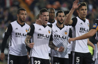 Valencia's forward Santi Mina (C) celebrates with teammates after scoring during the Spanish league football match between Valencia CF and Levante UD at the Mestalla stadium in Valencia on February 11, 2018. / AFP PHOTO / JOSE JORDAN